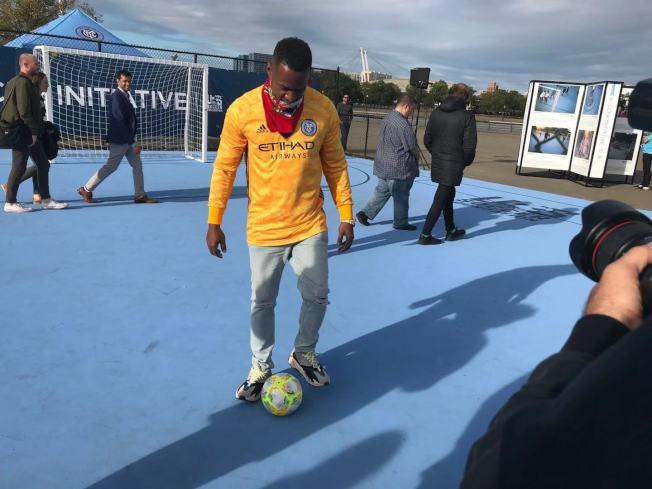 阿提哈德航空足球隊員在可樂娜公園全新迷你足球場剪綵儀式表演足球。(記者牟蘭/攝影)
