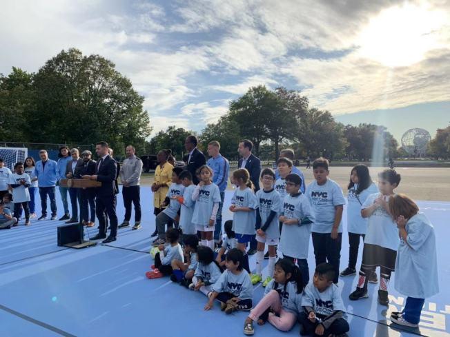 眾多熱愛足球青少年參與可樂娜公園全新迷你足球場剪綵儀式。(記者牟蘭/攝影)