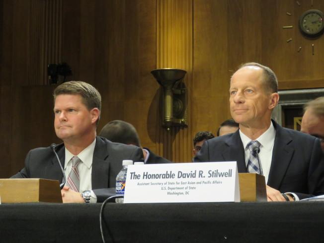 美國國務院亞太助卿史達偉(右)與國防部印太事務助理部長薛瑞福16日出席參院外委會亞太小組聽證會。華盛頓記者張加/攝影