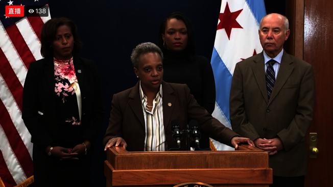 芝加哥市長萊特福特(中)表示,因應教師罷工,17日起公校停課。(芝加哥市長辦公室直播視頻截圖)