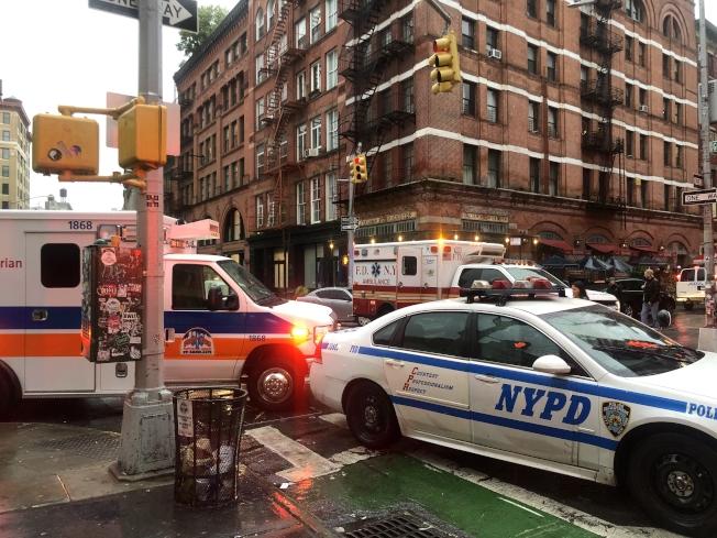 警消人員封鎖格蘭街與茂比利街路口。(記者張晨/攝影)
