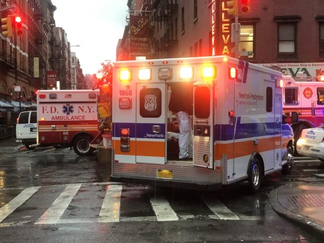 消防局出動四兩消防車、增派兩輛救護車到場救援。(記者張晨/攝影)
