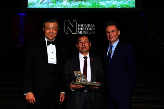 頒獎典禮現場。左起,中國駐英國大使劉曉明、鮑永清和BBC主持人克里斯•帕科卡姆。(取材自ZIMBIO)