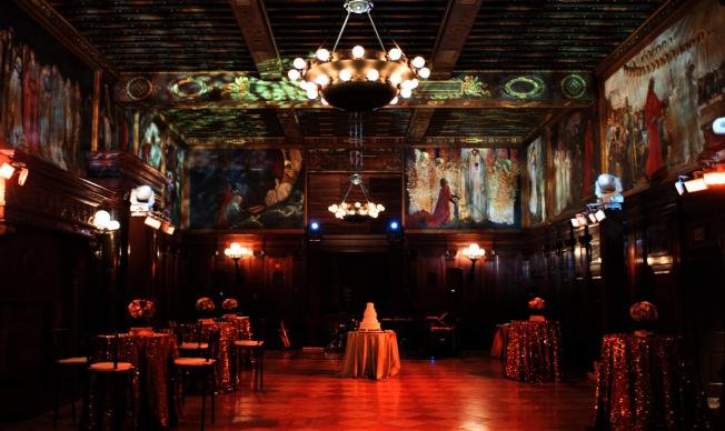 四對幸運新人明年2月2日可在波士頓公共圖書館古色古香的Abby Room 免費舉行婚禮。(取自波士頓公共圖書館網頁)