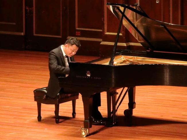 鋼琴家徐洪在紐英崙音樂學院喬登廳首演,吸引400多名音樂愛好者聆賞。(主辦方提供)