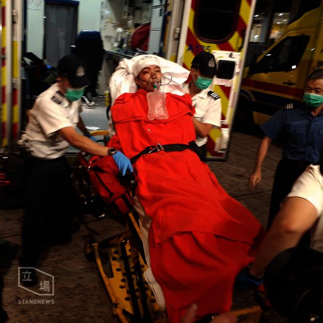 民陣召集人岑子杰16日晚在旺角遇襲,被救護車送往廣華醫院救治。(取材自立場新聞)