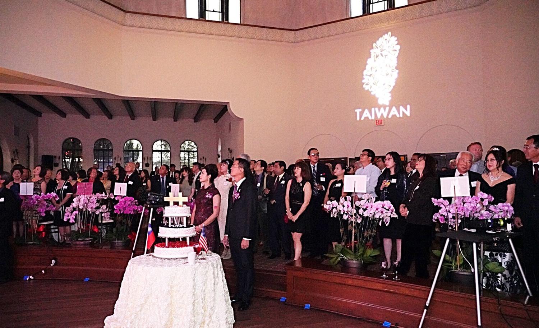 嘉賓同唱中華民國國歌。
