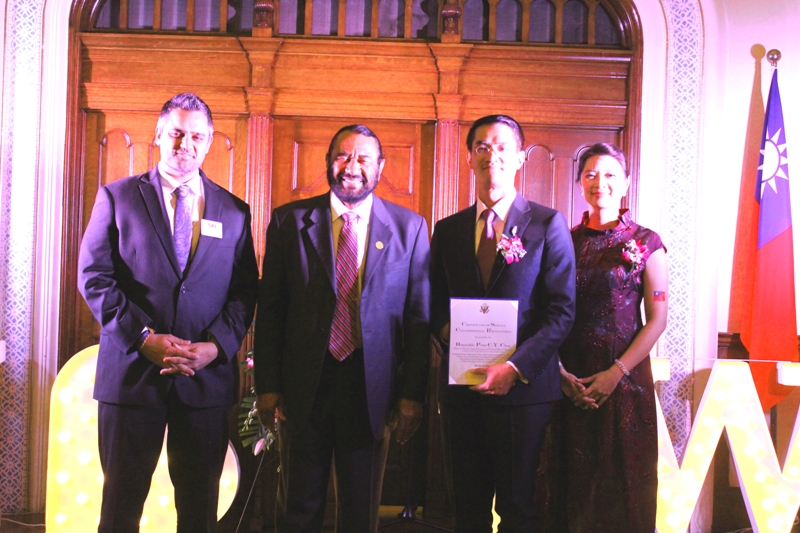 聯邦眾議員Al Green(左二)致贈賀函,並與陳家彥夫婦(右二、一)合影。