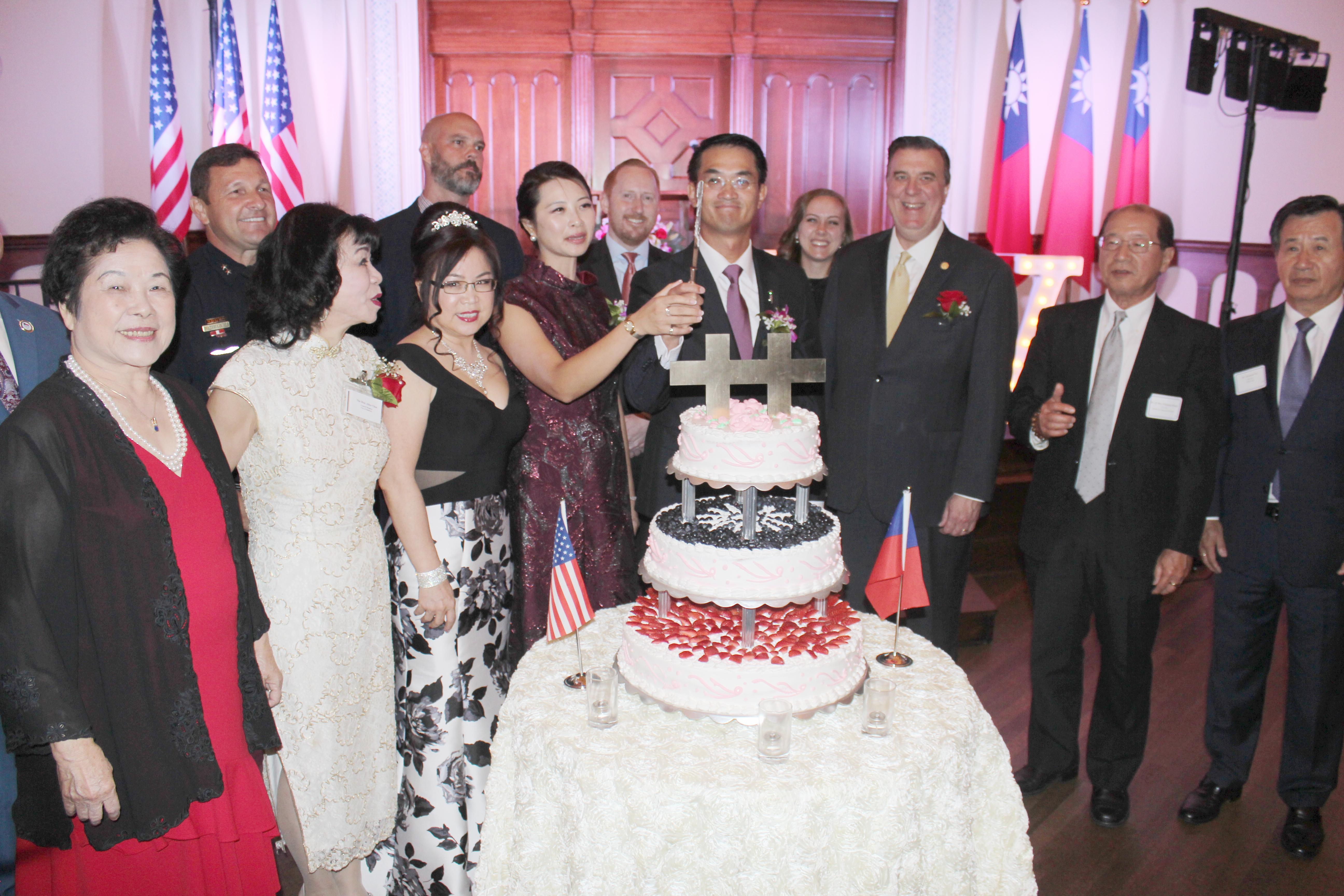 陳家彥(前排右四)與出席嘉賓們一同切蛋糕祝賀。