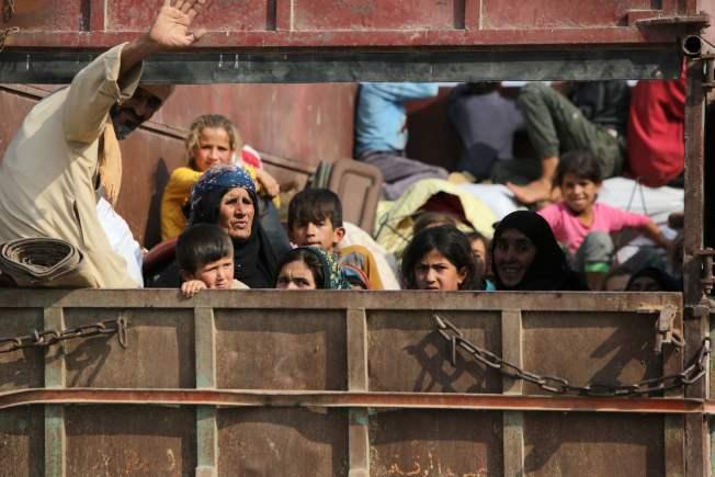 在土耳其軍事介入下,敘利亞與土耳其交界境內的庫德族人,舉家逃離敘利亞東北原由庫德族控制的家園,並和仍留下的族人道別。 (Getty Images)