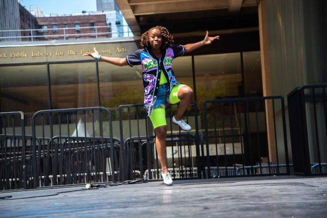 「舞動足跡」搭配1990年代中期的音樂,將戲劇轉為踢踏舞、嘻哈舞與非洲土著舞的表演。(皇后劇院提供)