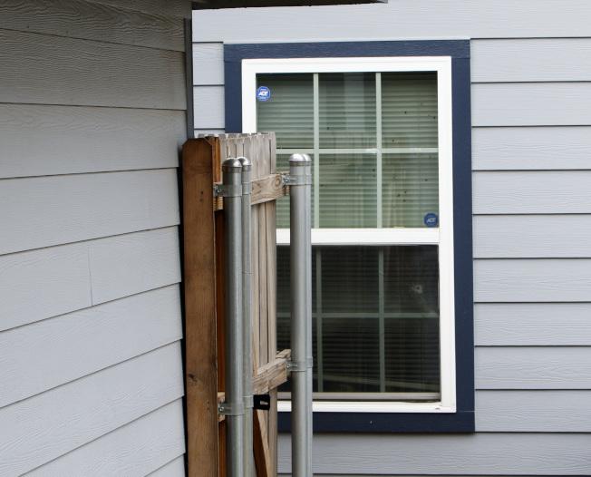 窗戶有個彈孔,警員子彈由此穿入。(美聯社)