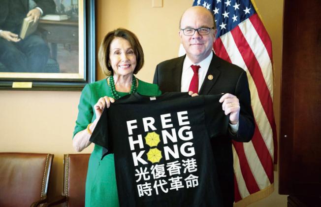 聯邦眾議長波洛西(左)與麻省聯邦眾議員麥凱文等共同推動國會通過香港人權民主法案。(波洛西辦公室提供)