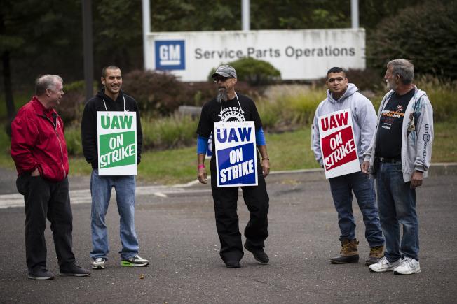 通用汽車與汽車工人聯合工會16日達成原則性協議,4萬9000名時薪會員工人可望結束長達一個月的罷工。(美聯社)
