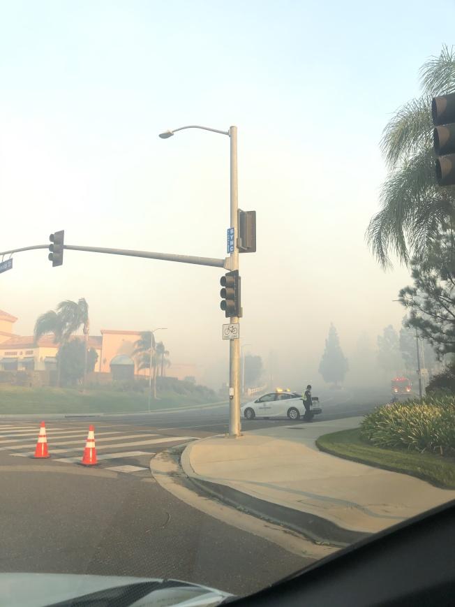 當時山火已經燒到只隔徐女士住家的一條馬路外。(徐女士提供)