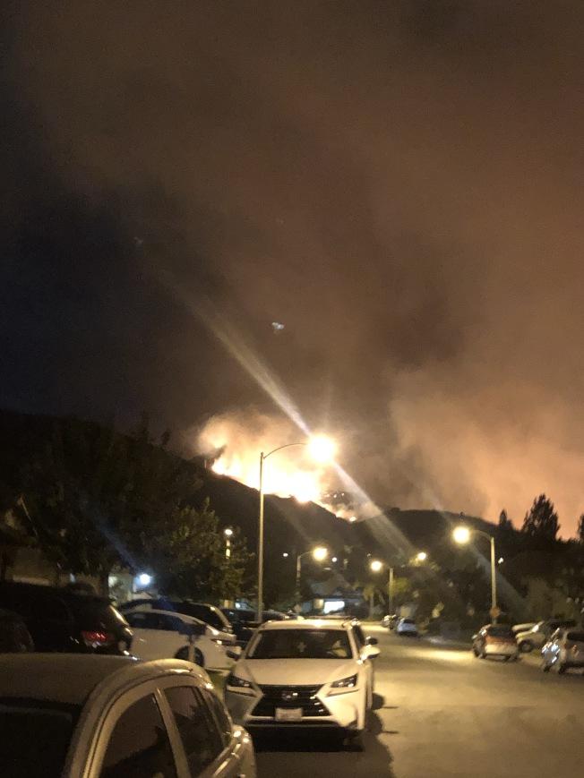 馬鞍嶺大火向波特牧場社區蔓延。(徐女士提供)