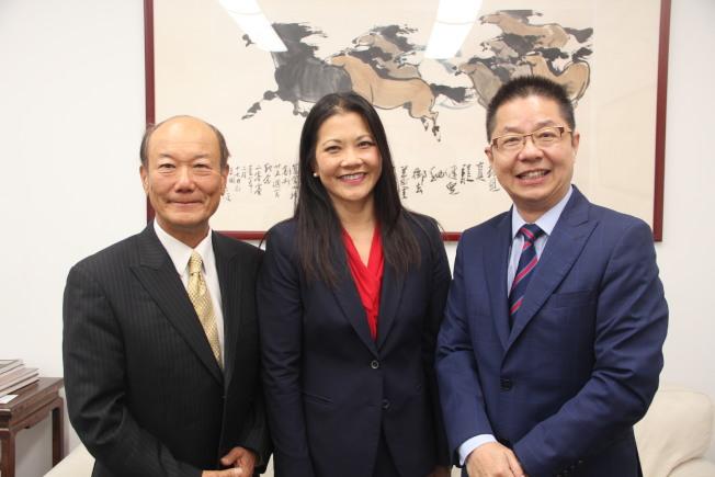 31--湯曉慧(中)與父親湯志國(左)拜會駱焜祺社長。(記者李晗╱攝影)