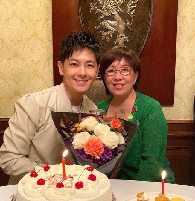 林志穎(左)與媽媽開心合影。(取材自臉書 )