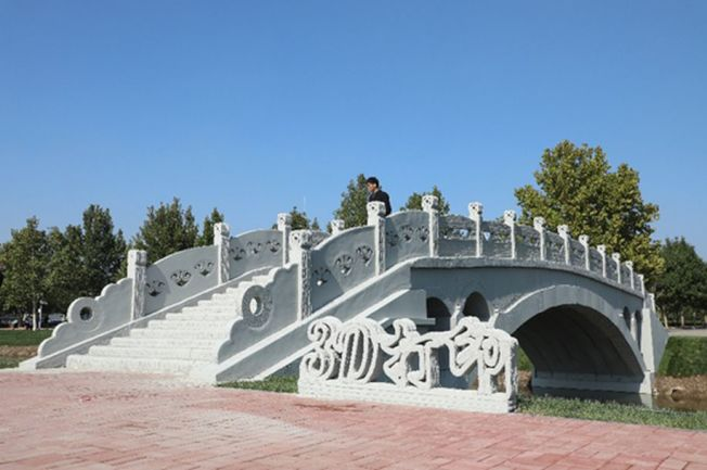 矗立在河北工業大學北辰校區的裝配式混凝土3D打印趙州橋。(取材自人民網)