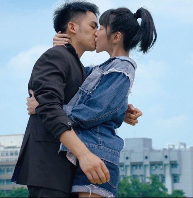 邵雨薇(右)在「陪你很久很久」主動吻李淳,他卻為了別的原因嚇到腿軟。(圖:威視提供)