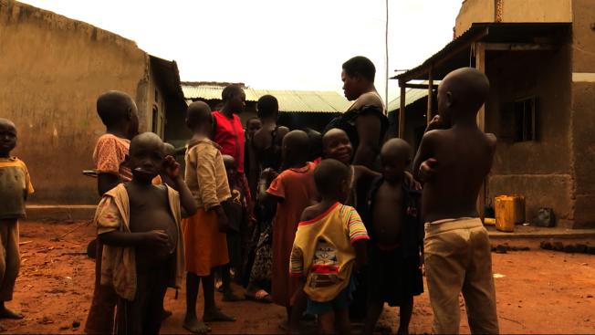烏干達女子那霸坦吉兒女成群。(截圖自YouTube)