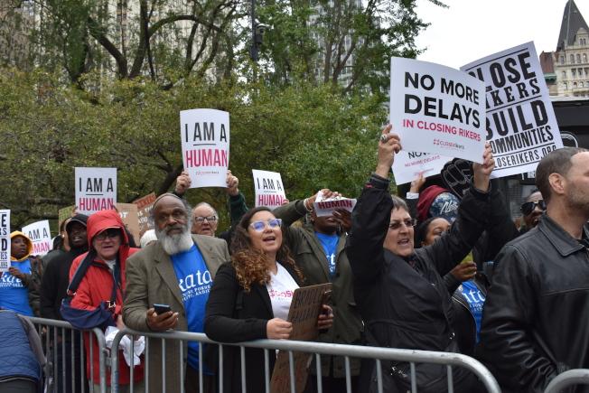 支持者舉著「我也是人」和「關閉雷克島」等標牌,要市議員重視囚犯人權。(記者顏嘉瑩/攝影)