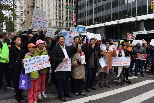 百人聚集在市議會旁,高舉標語表示對新建四座城區監獄的反對。(記者顏嘉瑩/攝影)