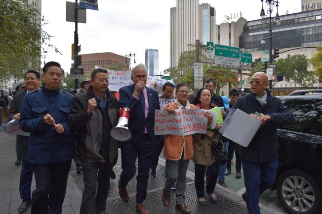 市議員霍頓(左三)期間也加入抗議。(記者顏嘉瑩/攝影)