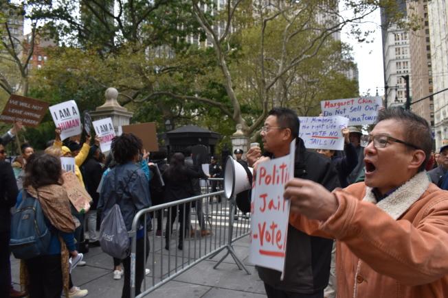 支持與反對雙方在市議會外,各自表達意見。(記者顏嘉瑩/攝影)