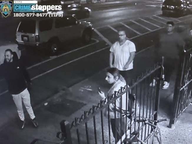 四名男女惡徒涉嫌攻擊布碌崙一間洗衣店員工,警方呼籲民眾提供線索。(市警提供)