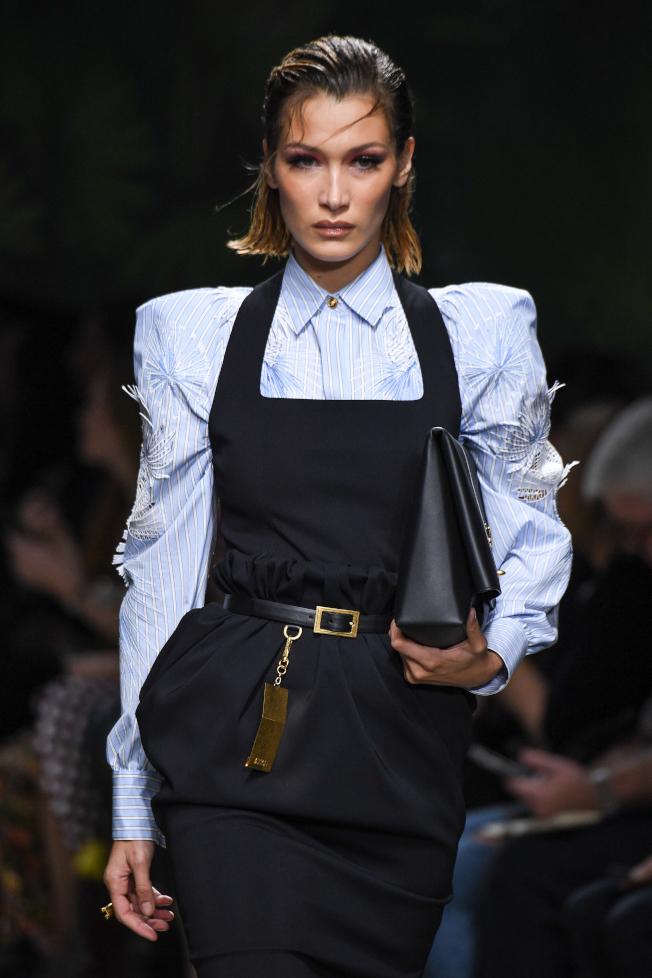 人氣名模貝拉哈蒂德因五官臉型符合黃金比例被封為全球最美的女人。圖/VERSACE提供