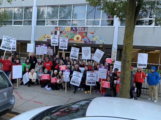 華埠興氏小學老師們在校門口罷工。(興氏小學老師提供)
