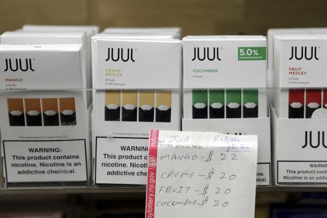 電子菸市場最大品牌Juul決定停止在網路上販售加味電子菸的菸液匣。(美聯社)