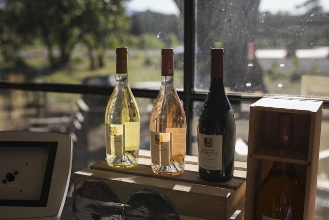 川普政府18日起,針對歐洲紅酒、蒸餾酒與起司等產品徵收25%的關稅。(美聯社)