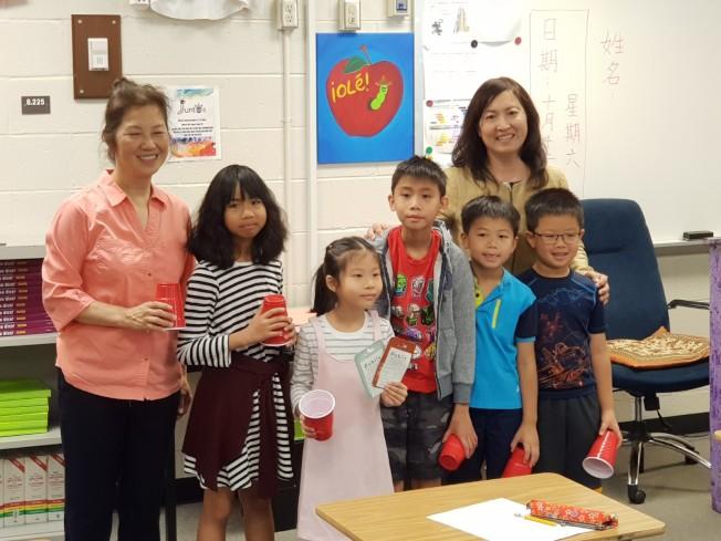 校長林香蘭(右後)與張化禮老師(左一)帶領的團體組學生合影。(記者林昱瑄/攝影)