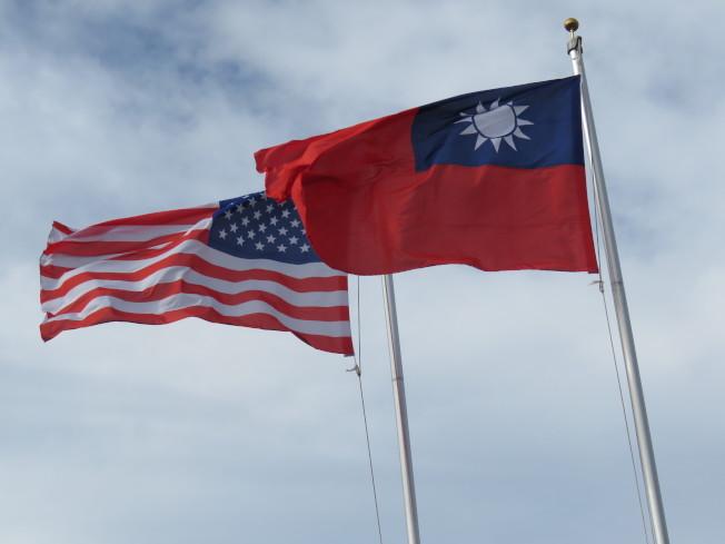 美國國務院、商務部與農業部月初共同致函美國500大企業,鼓勵他們強化與台灣的貿易與投資關係。圖為美國與中華民國國旗。本報資料照片