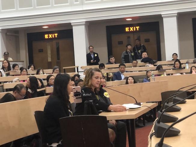 族裔細分法案H.2681聽證會上,兩位非亞裔麻州居民發言反對。(記者劉晨懿之/攝影)