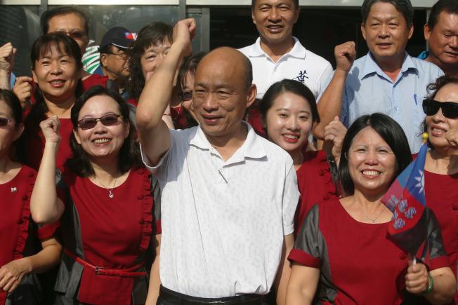 國民黨總統參選人韓國瑜(中)17日早上在小琉球拜會,受到許多支持者歡迎。(記者劉學聖/攝影)