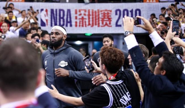 詹姆斯在深圳賽進場時,中國粉絲歡呼,戴維斯跟在後面。(Getty Images)