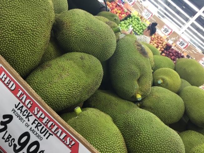 台灣及東南亞小衆水果木菠蘿來美,驚豔主流超市。(記者楊青/攝影)