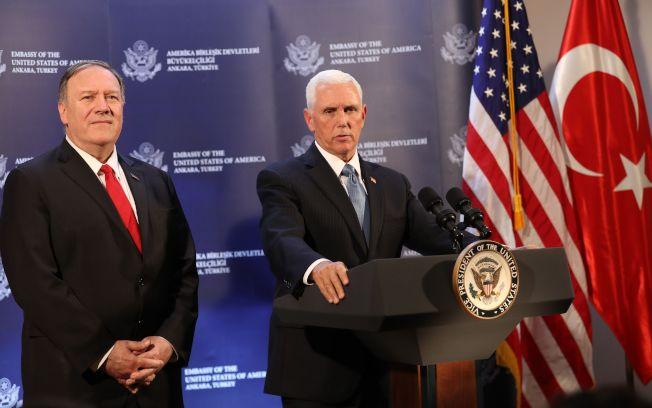 川普總統急遣副總統潘斯(右)與國務卿龐培歐(左),到土耳其協調停火,不再追擊敘利亞境內的庫德族民兵,達成任務。圖為兩人在土耳其安卡拉舉行記者會說明停火協議。(Getty Images)