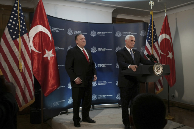 川普總統急遣副總統潘斯(右)與國務卿龐培歐(左),到土耳其協調停火,不再追擊敘利亞境內的庫德族民兵,達成任務。圖為兩人在土耳其安卡拉舉行記者會說明停火協議。(美聯社)