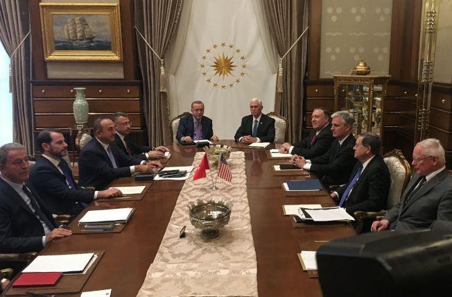土耳其總統厄多安(前左)與川普總統特使、副總統潘斯(前右)與國務卿龐培歐(右前一),17日舉行協調停火會議,達成土其耳暫不追擊敘利亞境內的庫德族民兵的協議。(Getty Images)