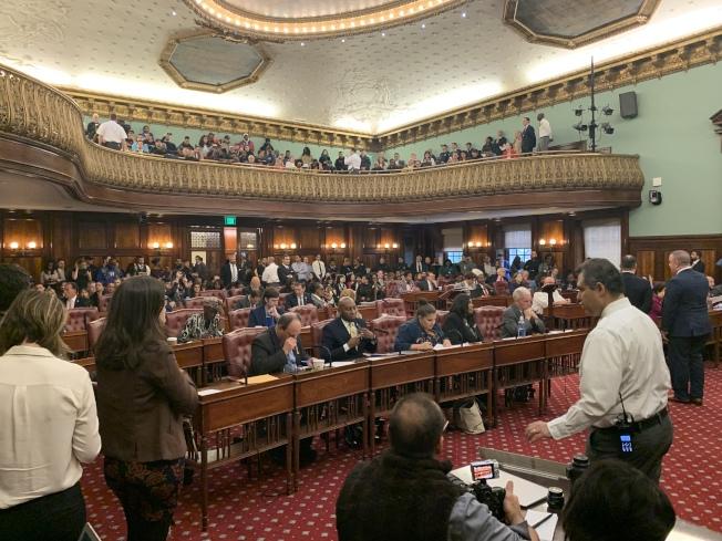紐約市議會17日舉行全體會議,通過關閉雷克島監獄、建設四個城區監獄的土地利用案。(記者和釗宇/攝影)