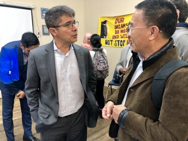Jose Bayona(左)為華裔移民解答問題。(記者朱蕾/攝影)