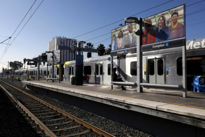 2018年一列藍線電車駛入康普頓車站。(洛杉磯時報資料照片)