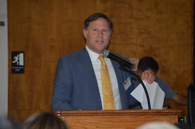 「區域連結運輸項目」主管Wells Lawson講解開發計畫。(記者王全秀子/攝影)