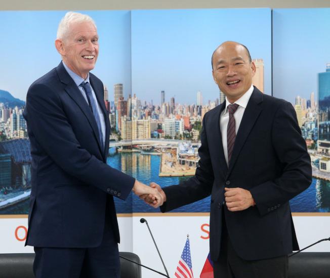 高雄市長韓國瑜(右)請假投入總統大選,18日為了與美國在台協會主席莫健(左)會面,特地銷假半天,雙方握手還互換禮物。(記者劉學聖/攝影)