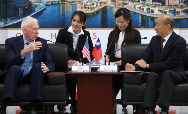 高雄市長韓國瑜(右)請假投入總統大選,18日為了與美國在台協會主席莫健(左)會面,特地銷假半天。(記者劉學聖/攝影)