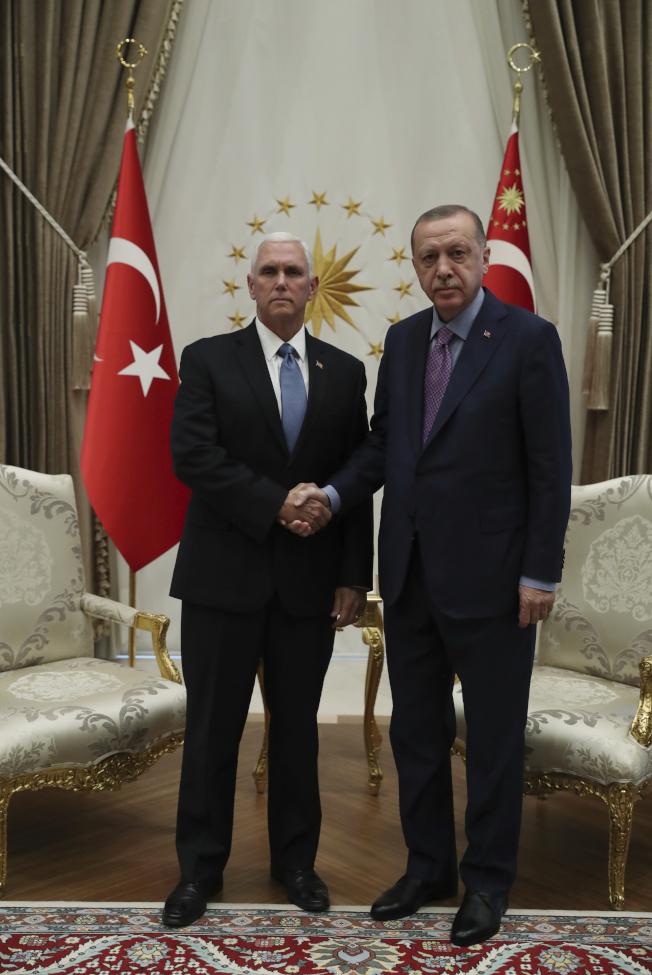 土耳其總統厄多安(右)17日在安卡拉接見到訪的美國副總統潘斯(左),雙方達成停火協議。(歐新社)